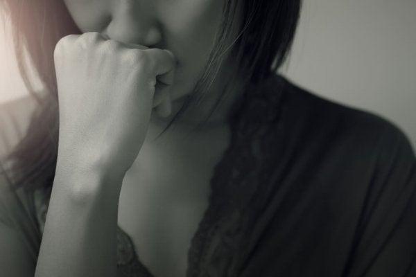 Vrouw die lijdt aan een transgenerationeel trauma