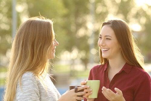 Twee vriendinnen voeren een positief gesprek