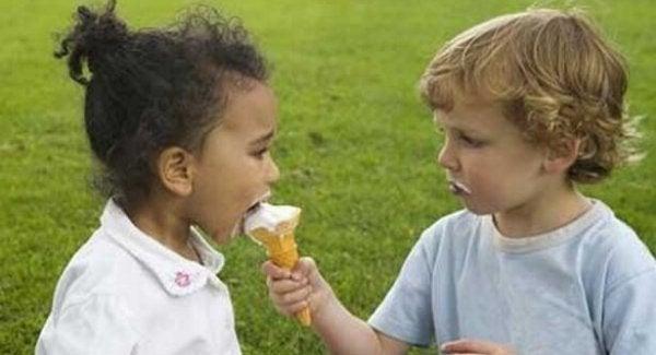 Jongetje dat zijn ijsje deelt met een meisje, want een goed mens zijn betekent delen