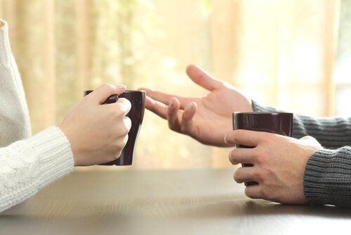 Mensen die met een kop koffie een meningsverschil beëindigen