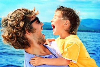 Vader en zoon die samen lol maken