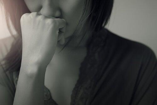 Vrouw die aan zichzelf twijfelt omdat ze lijdt aan het oplichterssyndroom