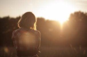 Verdrietige vrouw die bij zichzelf denkt: niemand houdt van mij