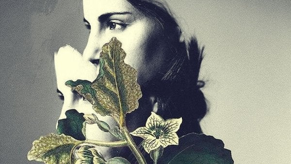 Verdrietige vrouw met bloemen