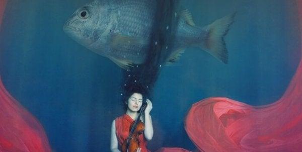 Vrouw die vastgebonden zit aan een vis