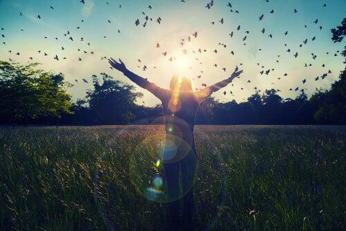 Meisje dat met gespreide armen in een veld vol vogels staat, want stoppen met therapie zal een ware bevrijding zijn