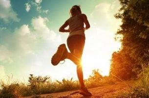Rennende vrouw die geniet van de psychologische voordelen van lichaamsbeweging