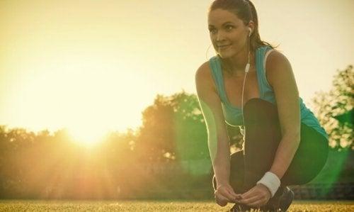Vrouw die op het punt staat te gaan rennen en te genieten van de psychologische voordelen van lichaamsbeweging