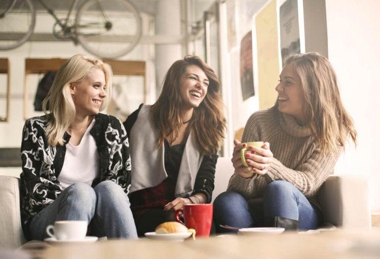 Vriendinnen die samen lachen