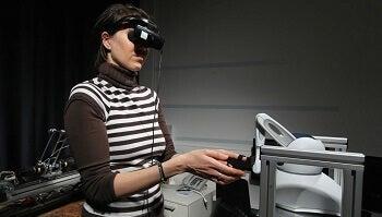Een vrouw die een robot bedient