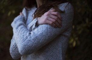 Vrouw omhelst zichzelf en beoefent zelfwaardering