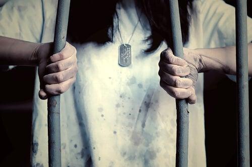 Vrouw doobreekt de tralies van haar aangeleerde hulpeloosheid