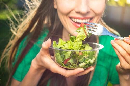 Vrouw eet salade om haar immuunsysteem te versterken