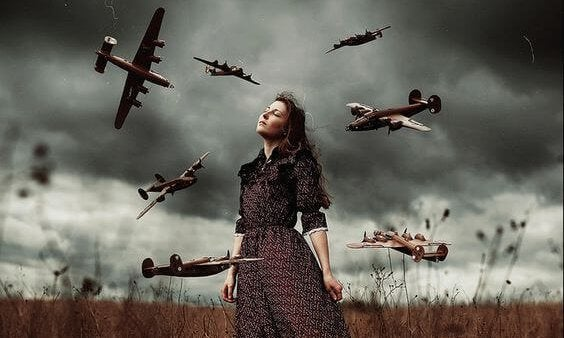 Vrouw met vliegtuigen om haar heen