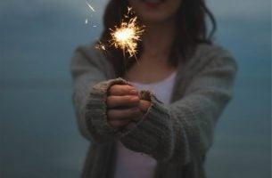 Vrouw houdt sterretje vast en ervaart innerlijk geluk