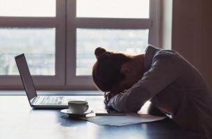 Vrouw die moe is van mensen die verslaafd zijn aan negativiteit