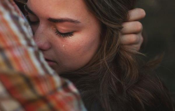Meisje dat lijdt onder ongezonde emotionele afhankelijkheid