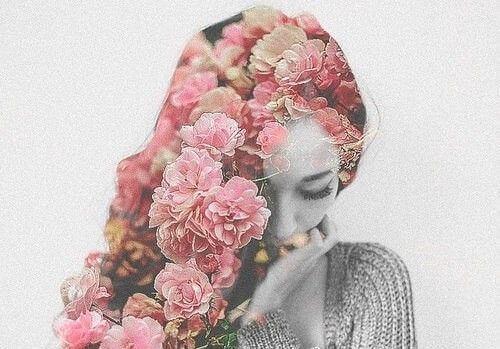 Vrouw met bloemen als haar die weet dat wat je denkt over anderen bepaalt wie je bent