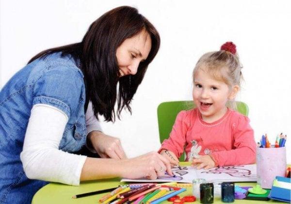 Vrouw speelt met kind