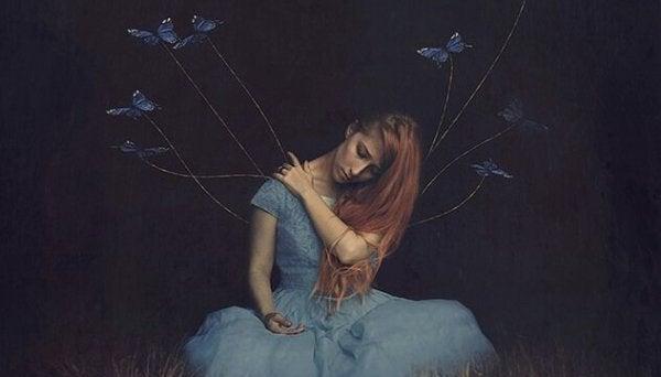 Verdrietige vrouw die lijdt onder de afwezigheid van een geliefde