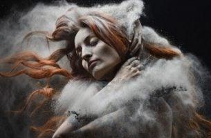 Vrouw omhuld door stof wil geen hulp aanvaarden