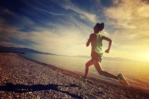 Vrouw maakt gebuik van sportpsychologie om haar prestaties te verbeteren