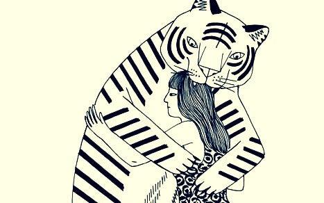 Vrouw die een tijger knuffelt waar ze een giftige vriendschap mee heeft