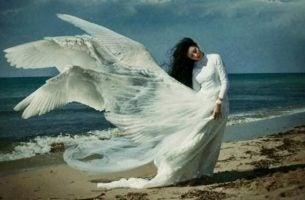 Vrouw met witte vleugels die de emotionele wond op haar ziel wil genezen