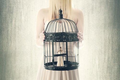 Vrouw draagt zichzelf in een vogelkooi