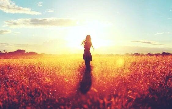 Meisje in een granenveld
