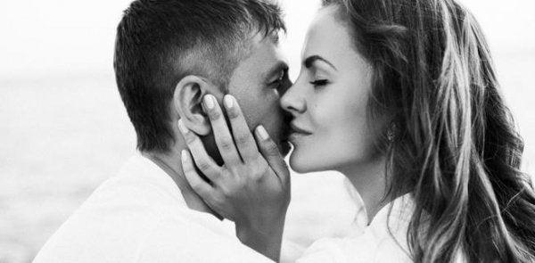 Chemie van de liefde zichtbaar in twee mensen die op het punt staan elkaar te zoenen