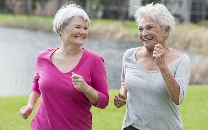 Twee oudere vrouwen die samen rennen