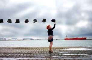 Vrouw met een rij zwevende hoede boven zich wat een van die goede gespreksonderwerpen zou zijn