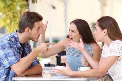 Onverdraagzame mensen hebben een aantal houdingen gemeen