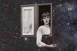 Vrouw die uit een raam hangt