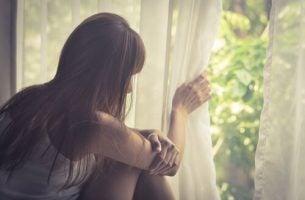 Vrouw die last heeft van agorafobie, maar wat is agorafobie?