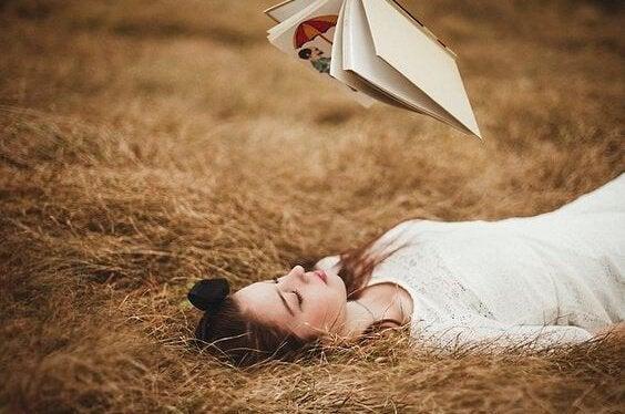 Vrouw die een boek ligt te lezen in haar vrije tijd