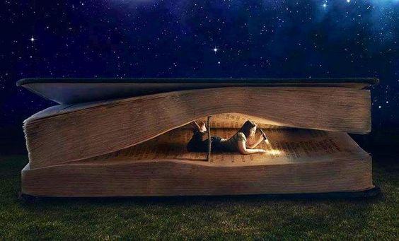 Meisje dat leest in een groot boek, want de boeken die we lezen bepalen wie we zijn