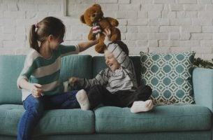 Oudere broers en zussen zijn zowel onze maatjes als onze rolmodellen