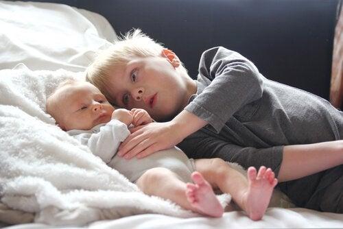 Oudere broer met zijn kleine broertje