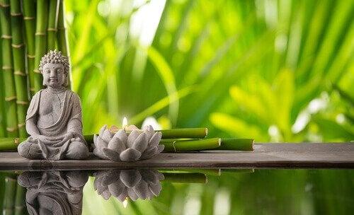 Beeldje van Boeddha en een lotus