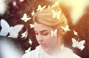 Meisje met vlinders om haar heen, want het gaat over het vlindereffect