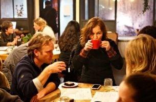 Mensen die een drankje doen in een van de Death Cafés