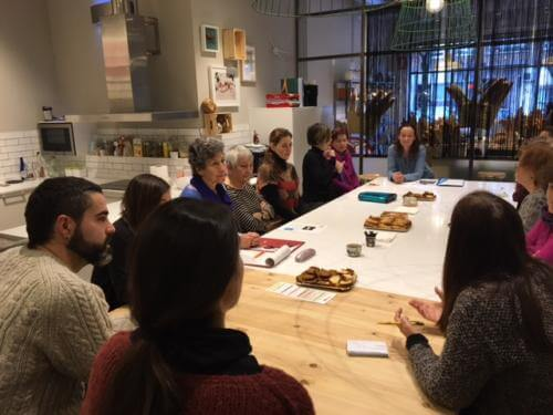 Mensen die over de dood praten in een van de Death Cafés