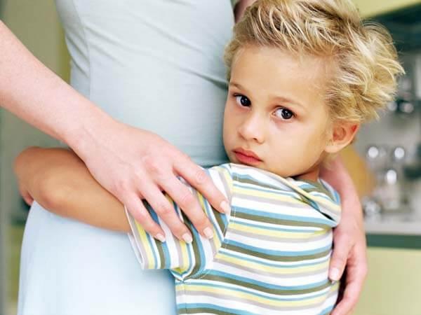 Jongetje dat zijn moeder omhelst