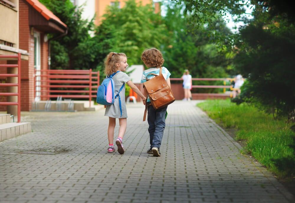 Twee kinderen lopen samen naar school