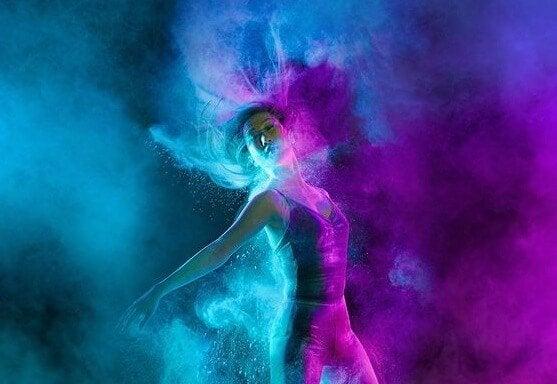 Dansende vrouw, want dansen is een van de lichamelijke activiteiten waar de hersenen dol op zijn