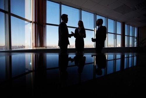 Diplomatieke mensen in vergadering