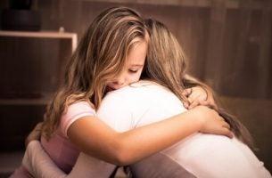Meisje dat emotionele steun ontvangt van haar moeder
