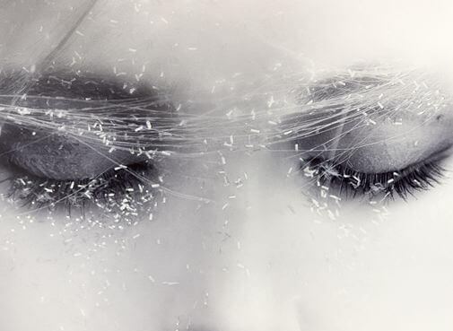 Meisje met haar ogen dicht